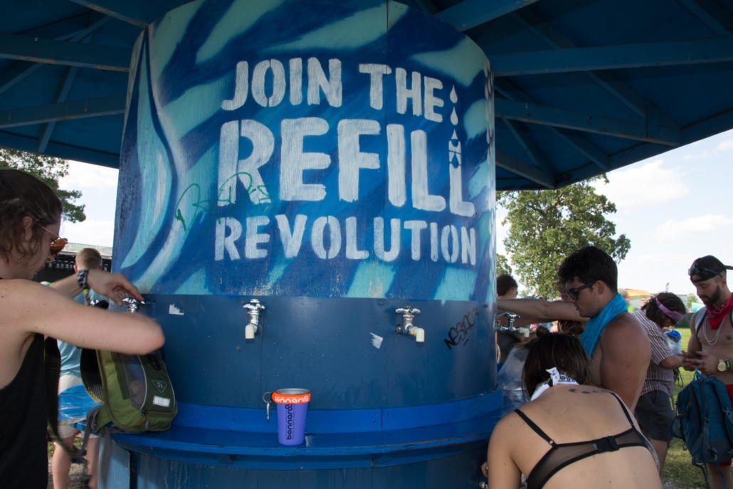 this photo shows the rising popularity of refillable water bottles in response to the plastic pollution crisis