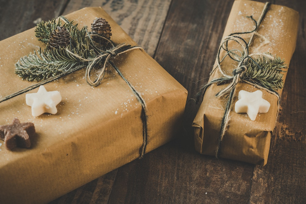this photo shows the preferred type of wrapping for sustainable Christmas gifts