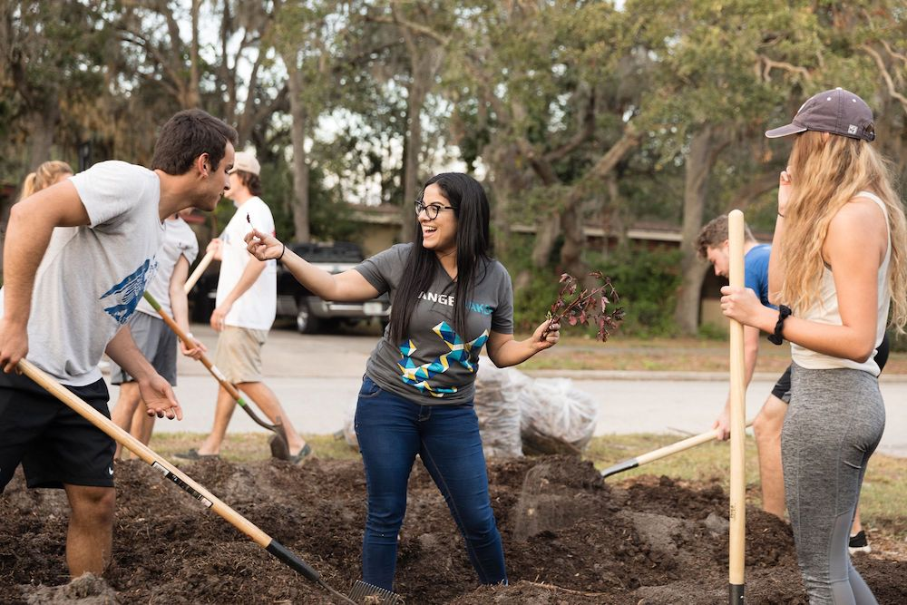 this photo shows Josie Balzac-Arroyo and her Rollins College class working with Fleet Farming